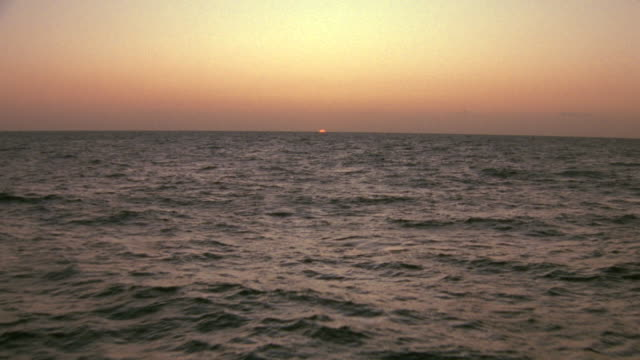 vídeos de stock, filmes e b-roll de ws pov view of sunrise over ocean - 1 minuto ou mais
