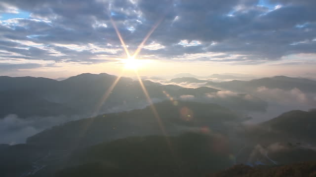 ws zo view of sunrise scene at mountain peak with sea of cloud / imsil, jeollabukdo, south korea - 30秒以上点の映像素材/bロール