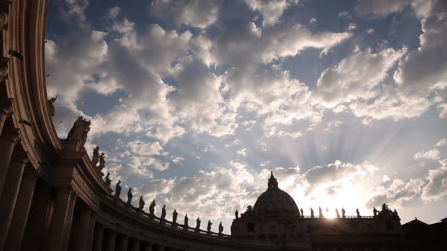 ws t/l view of sunset at st. peters square / rome, lazio, italy  - イタリア ローマ点の映像素材/bロール