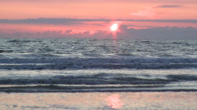 ws view of sunset from beach / st. peter-ording, schleswig holstein, germany    - schleswig holstein stock-videos und b-roll-filmmaterial