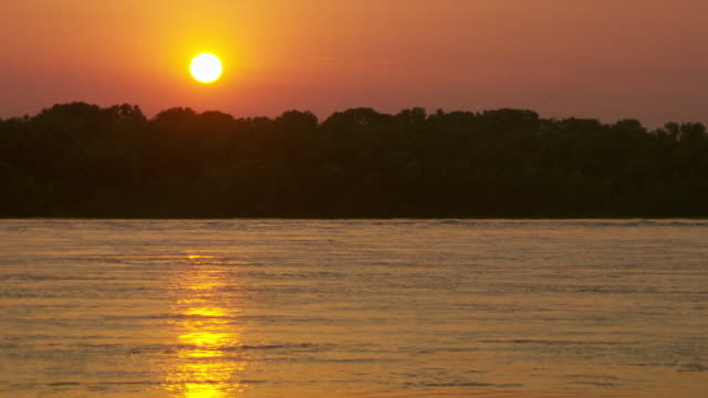 ws view of sunset near mississippi river / memphis, tennessee, united states - memphis tennessee stock-videos und b-roll-filmmaterial