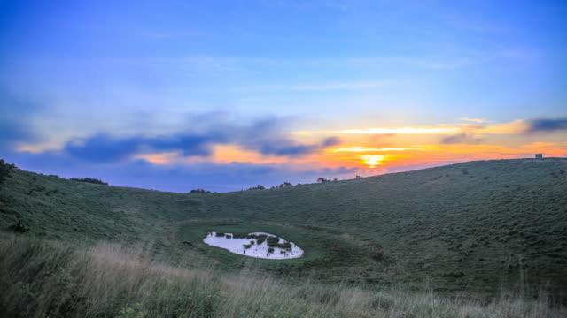 stockvideo's en b-roll-footage met view of sunset over geumoreum hill (parasitic volcano) in jeju island, korea - natuurwonder