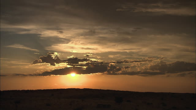 vídeos de stock, filmes e b-roll de ws t/l view of sunset over kalahari desert / cape town, western cape, south africa - deserto de kalahari