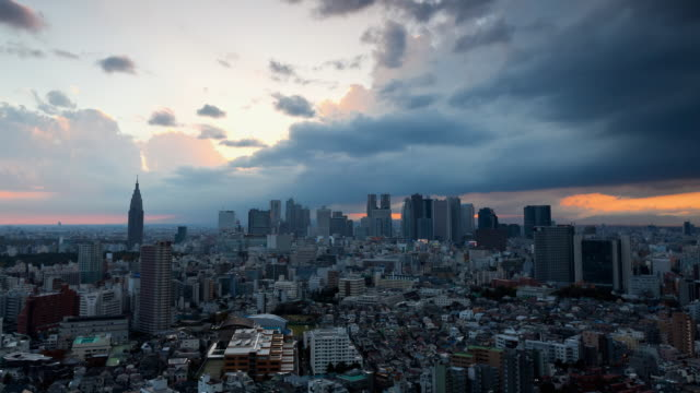 ws t/l view of sunset over shinjuku business and entertainment district/ tokyo, japan - 日没点の映像素材/bロール