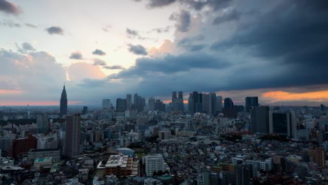 vídeos de stock e filmes b-roll de ws t/l view of sunset over shinjuku business and entertainment district/ tokyo, japan - bairro de shinjuku
