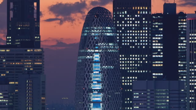ws t/l view of sunset over tokyo mode gakuen cocoon tower in east shinjuku / tokyo, japan - nightlife stock videos & royalty-free footage