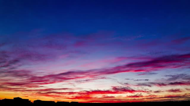 vidéos et rushes de ws t/l view of sunset over vouille / vouille, poitou-charentes, france - crépuscule