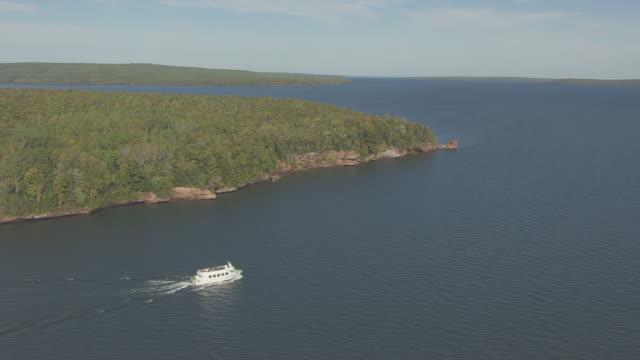 ws ts aerial view of superior princess boat near hermit island in lake superior / wisconsin, united states  - lago superiore video stock e b–roll