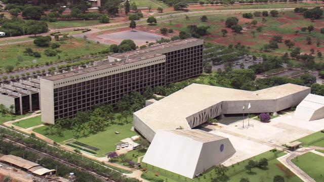 ws aerial view of superior tribunal de justica / brasilia, brazil - corte suprema palazzo di giustizia video stock e b–roll