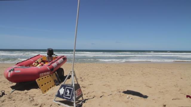vídeos de stock, filmes e b-roll de ms pan view of surf rescue boards with flags / melbourne, victoria, australia - escrita ocidental