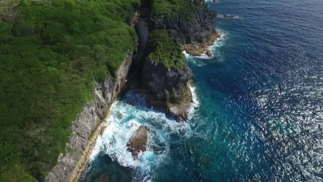 stockvideo's en b-roll-footage met view of swell and limestone canyon on niue - samoa