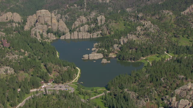 ws aerial view of sylvan lake in custer state park / south dakota, united states - custer staatspark stock-videos und b-roll-filmmaterial