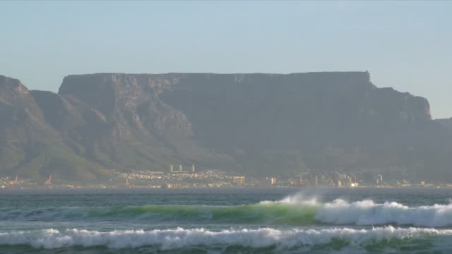 ws view of table mountain seen from table bay beachfront / cape town, western cape, south africa - 南ア テーブルマウンテン点の映像素材/bロール