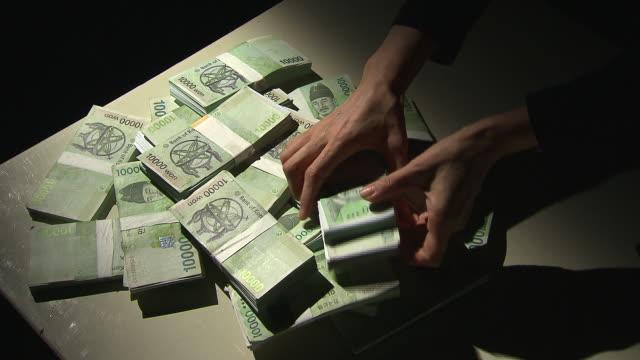 vídeos y material grabado en eventos de stock de view of taking the bundles of paper money - manojo
