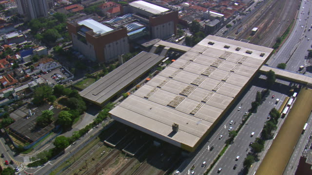 vídeos de stock, filmes e b-roll de ws aerial tvs zi view of tatuape station / sao paulo, brazil - transporte público