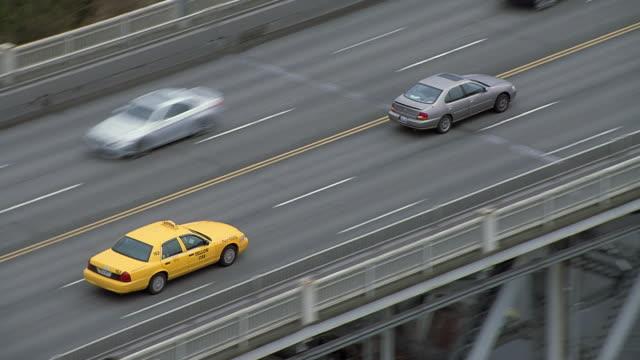 ws zo pan aerial view of taxi on freeway / seattle, washington, usa - タクシー点の映像素材/bロール