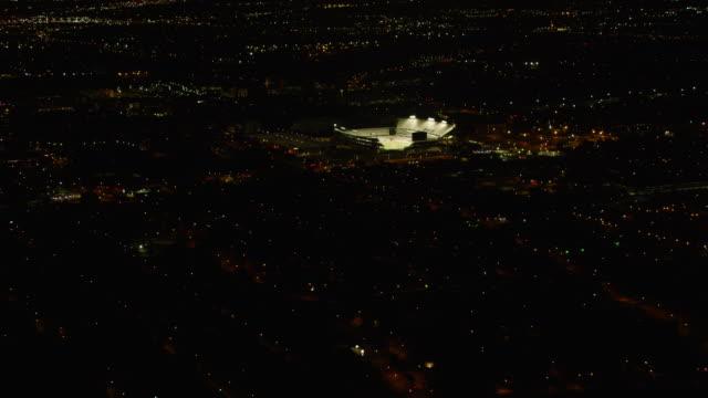 vídeos y material grabado en eventos de stock de ws zi aerial view of tdecu stadium and city at night / houston - estadio