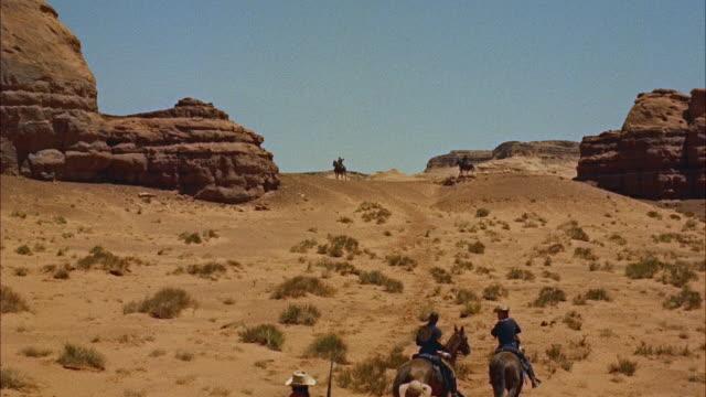 vídeos de stock, filmes e b-roll de ms ws view of team of horses in front of monument mountains in desert  - animal de trabalho