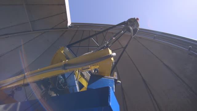 stockvideo's en b-roll-footage met las view of telescope equipment with lens flare - ruimte exploratie