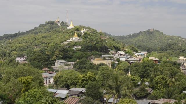 vidéos et rushes de ws view of temples in hills of sagaing / sagaing, mandalay, mandalay division, myanmar - hill