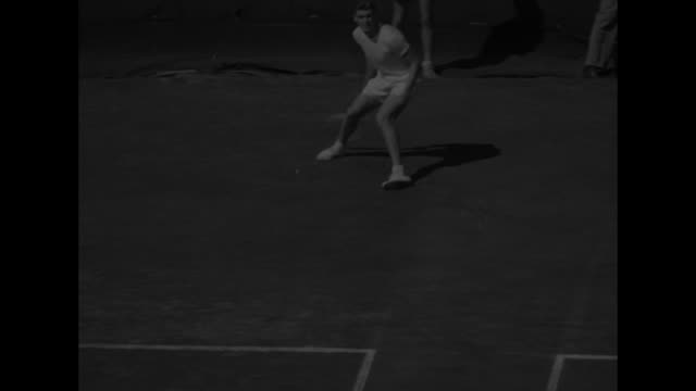 vidéos et rushes de view of tennis match seen from inside grandstands during us national championships / frank sedgman, victor seixas on court / vs sedgman serves,... - en individuel