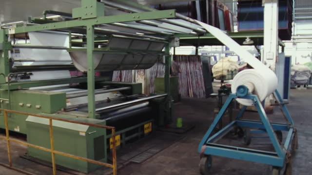 stockvideo's en b-roll-footage met ws pan view of textile machine, kanakaria textile mills / ahemdabad, gujarat, india - verwerkingsfabriek