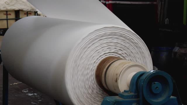 vídeos de stock e filmes b-roll de cu view of textile machine, kanakaria textile mills / ahemdabad, gujarat, india - mecânico