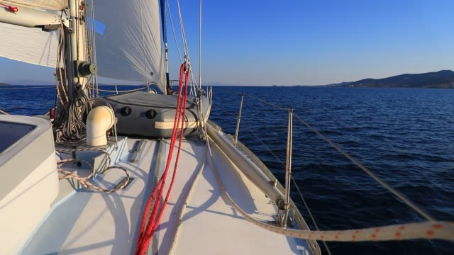 vidéos et rushes de view of the aegean sea from a sailboat deck on august 19, 2020 in parikia, greece. the island of paros has seen increasing tourist numbers in recent... - équipe de voile