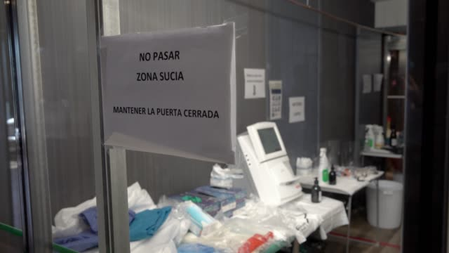 vídeos de stock e filmes b-roll de a view of the aislant door between the clean and the dirty zone during the coronavirus pandemic at the hotel plaza which is working as a hospital on... - proteção