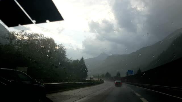 vidéos et rushes de vue sur les alpes depuis une voiture motrice. suisse. - accident de voiture