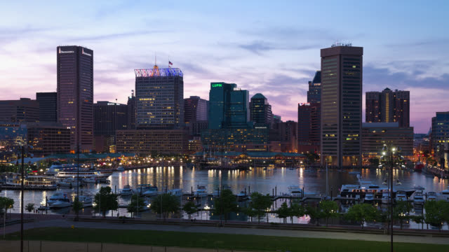 t/l view of the baltimore skyline and inner harbor at sunset, seen from federal hill / baltimore, maryland, usa - baltimore maryland bildbanksvideor och videomaterial från bakom kulisserna