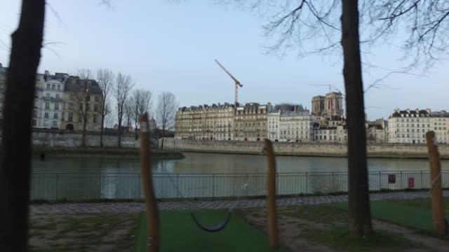view of the banks of the seine, paris - saint louis bildbanksvideor och videomaterial från bakom kulisserna