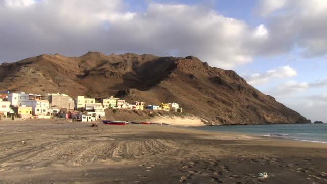 vídeos y material grabado en eventos de stock de view of the beach at sao pedro, cape verde, sao vicente island - cabo verde