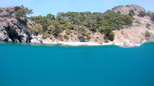 vídeos y material grabado en eventos de stock de vista de la playa desde el mar. - transparente