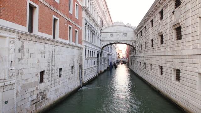 view of the canal crossed by the bridge of sighs in venice. puente de los suspiros. - puente stock-videos und b-roll-filmmaterial