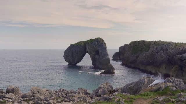 vídeos de stock e filmes b-roll de view of the castro de las gaviotas - arco natural