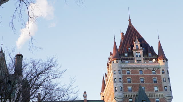 vídeos y material grabado en eventos de stock de view of the central tower of the chì¢teau frontenac in winter in late afternoon - hotel chateau frontenac