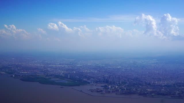 uitzicht op de stad vanaf de hoogte van het vliegtuig tussen wolken, Buenos Aires, Argentinië