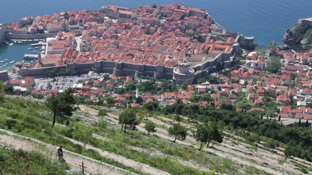 vidéos et rushes de view of the city of dubrovnik and the bays from the mountain above dubrovnik - limite
