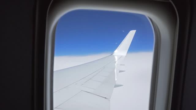 vidéos et rushes de vue de nuages de l'avion fenêtre pendant le vol - hublot