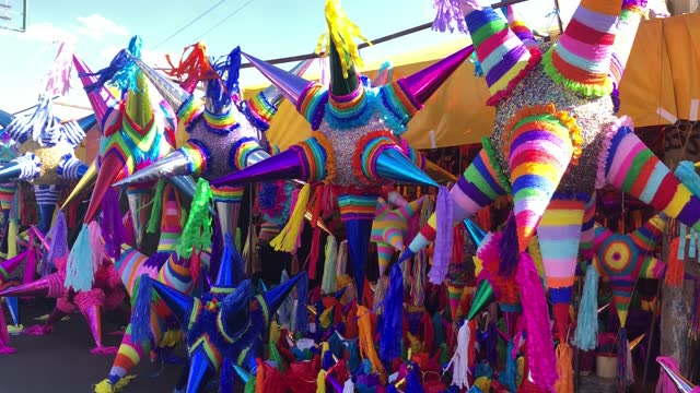 "view of the colorful pinatas on the ""jamaica"" market on december 13, 2020 in mexico city, mexico. despite recent announcements by the mayor of... - papier bildbanksvideor och videomaterial från bakom kulisserna"