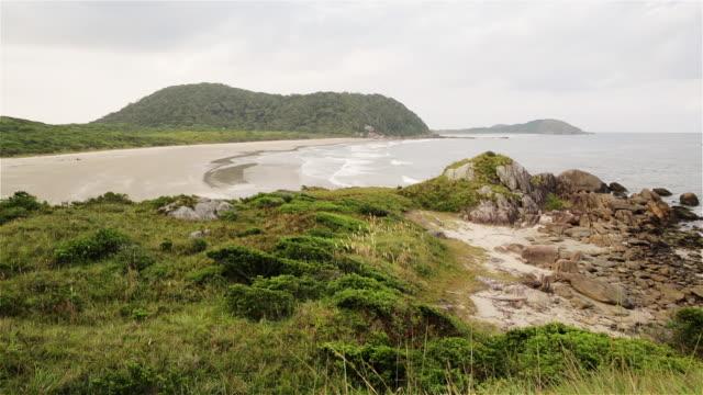 ms view of the eastern coast of ilha do mel / curitiba, brazil - 波打ち際点の映像素材/bロール