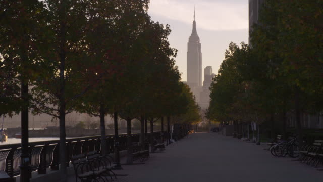 view of the empire state building from north hoboken - fluchtpunktperspektive stock-videos und b-roll-filmmaterial