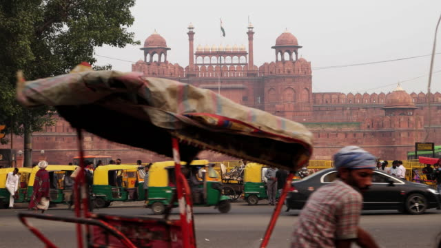 a view of the entry to the main gate, the lahore gate, at the red fort from across the road with the traffic in time lapse - delhi stock videos & royalty-free footage