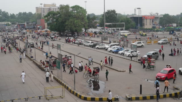 view of the entry to the new delhi railways station (code ndls) with the drop off points and the parking - station stock videos & royalty-free footage