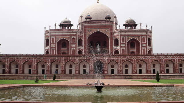 a view of the fountain with the reflection of humayun's tomb, new delhi - fountain stock videos & royalty-free footage
