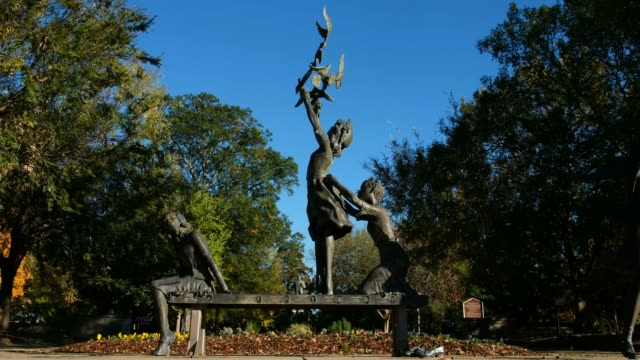a view of the 'four spirits' statue and the 16th street baptist church the statues memorialize the four victims of the 16th street baptist church... - birmingham alabama video stock e b–roll