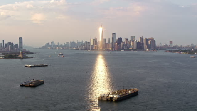 aerial view of the freedom tower in nyc reflecting the sun - statue of liberty stock videos & royalty-free footage