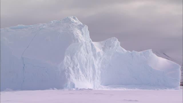 vídeos de stock, filmes e b-roll de view of the glacier on the snow-covered ground in the north pole - pólo norte