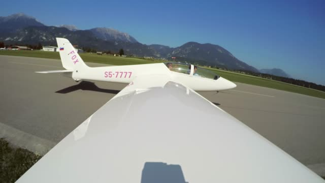 ld-blick auf das segelflugzeug cockpit als es ist in der luft bei sonnenschein geschleppt - segelflugzeug stock-videos und b-roll-filmmaterial